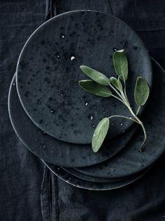 Black Moments / Schwarze Interiors - Beautiful Minimalism: black deko with plates & herbs.leuchtend-gra… Best Picture For - Ceramic Clay, Ceramic Plates, Ceramic Pottery, Kitchenware, Tableware, Dark Interiors, Dinnerware Sets, China Dinnerware, Wabi Sabi