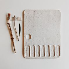 Beautiful ceramic paint palette with wells and a flat space. Ceramic Shop, Ceramic Clay, Ceramic Pottery, Slab Pottery, Ceramic Bowls, Porcelain Ceramic, Pottery Vase, Diy Clay, Clay Crafts