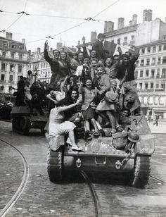 #6juin44 les alliés débarquent sur les cotes de #Normandie. 3 mois plus tard à #Lyon, dans la nuit du 1er au 2 septembre 1944, la plupart des troupes allemandes prennent la fuite, laisssant une ville dévastée. La rive gauche du #Rhône est pratiquement libre le 2 septembre dans l'après-midi... #numelyo #lyon #WW2 #2GM #occupation #libération #guerre Occupation, Rhone, Monster Trucks, Gauche, September 2, German Girls, 3 Months, Normandie, City