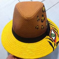 Sombrero decorados Floral Jeans, Branded Bags, Hobbies And Crafts, Beret, Caps Hats, Panama Hat, Sewing Crafts, Tote Bag, Fedoras