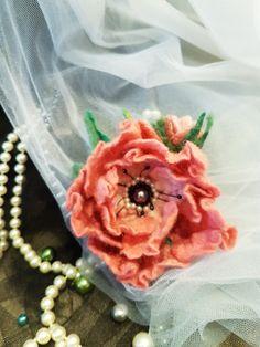Handmade felting. Вовняна брошка рожевої півонії. Валяна з вовни австралійського мериносу. Декорована штучними перлинами і бісером. Кріплення - защіпка
