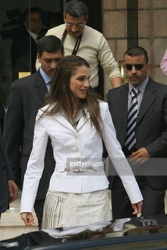 Queen Rania of Jordan arrives at the National Bank on March 27 2006... Photo d'actualité | Getty Images