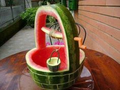 Watermelon art-wishing well, with a small bucket carving on the side. L'art Du Fruit, Deco Fruit, Dessert Aux Fruits, Fruit Art, Fruit Salad, Fruit Cakes, Fresh Fruit, Veggie Art, Fruit And Vegetable Carving