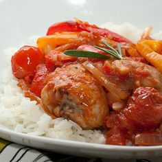 Простое в приготовлении мясное блюдо с овощами, с которым справиться любая хозяйка. Нежные куриные голени или другие части курицы с яркими сезонными овощами