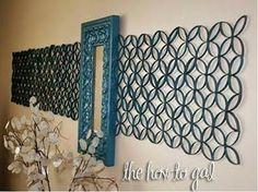 Destaca el espejo con herrajes hechos con rollos de papel de baño, sólo córtalos, pintalos y unelos!!