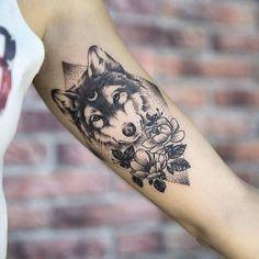 diseños de tatuajes, tatuaje en brazo para hombre o mujer, cabeza de lobo con luna en la frente, flores y piramide