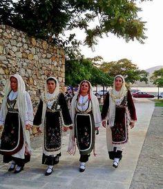 Κυριες ντυμένες με παραδοσιακές ενδυμασίες,θα συνοδέψουν την εικόνα της Αγιας Παρασκευής,στην περιφορα,μεχρι την παραλία της Χαλκιδας.