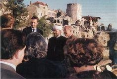 Otto und Karl von Habsburg in Mostar zu Ostern 1995; rechts im Hintergrund die zerstörte Brücke, die Kaiser Franz Joseph I. 85 Jahre zuvor überschritt