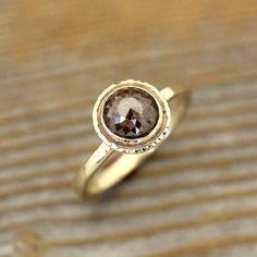Un moderno toma en un estilo clásico :)  Suntuosa, Earthy y coñac ricos tonos diamante marrón. Esta hermosa piedra es rosa 7mm peso de poco menos de 2 quilates.  El ajuste es hecho de respetuoso del medio ambiente reciclado 14k oro amarillo. La mano talló ajuste tiene una banda ancha de 2.5mm que se encuentra aproximadamente 1.5mm el dedo. el halo es de 11mm de ancho y tiene martillo alrededor de la piedra.  El bisel grueso se encuentra baja y es muy cómodo, prácticamente snag proof y es…