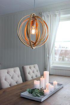 Voss er en elegant taklampe med justerbare ringer i nordisk design. Flott lampe over spisebordet! Vi anbefaler bruk av LED pærer for lavest varmeutvikling! Diameter: 40 cm Oppheng: 120 cm (kan justeres) Lyskilder: 1 stk. E27 maks 40W (pærer medfølger ikke) Volt: 230V Materiale: Treverk Farge: Lys natur farge Dimbar: JA Energiklasse: A++ - E Det følger ikke med noen ledning til denne lampen, kun sukkerbit. Løs ledning med stikkontakt i forskjellige lengder kan kjøpes under tilbehør…