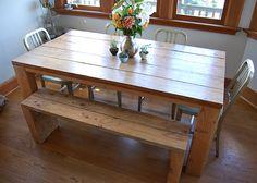 mesa rústica + sillas metálicas + banco