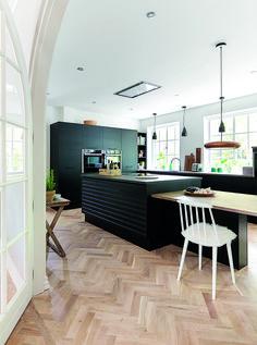 Huset fra 1959 er nænsomt renoveret, og boligens originale stemning og detaljer er mikset med et stilrent, sort køkken fra JKE Design.