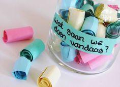 Schrijf allemaal uitjes (ijsje eten, naar de bioscoop, spelletje spelen, ...) op een kleurig papiertje en stop die in een pot. De kinderen kunnen iedere (vakantie)dag eentje graaien.