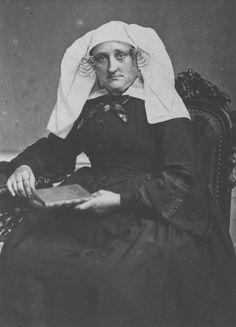 Vrouw uit Nieuw Helvoet in de dracht van Voorne-Putten ca 1865 #VoornePutten #ZuidHolland