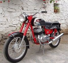 probably the best two stroke in the world Moto Jawa, Moto Bike, Motorcycle Bike, Antique Motorcycles, American Motorcycles, Cars And Motorcycles, Classic Road Bike, Classic Bikes, Jawa 350