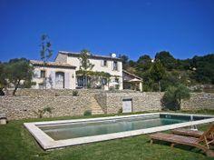 A flanc de colline, à quelques kilomètres du village de Bonnieux.  Location Vacances Département : Vaucluse (84) Nombre de couchages : 8 Nombre de chambres : 4