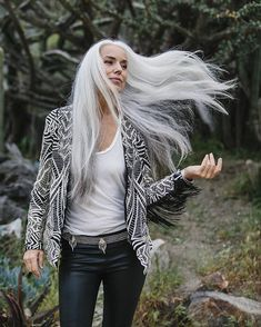 Yasmina Rossi - When whips her hair back and forth, we all stop and stare in amazement. (she attributes her youthful look to a daily avocado) Grey Hair Don't Care, Long Gray Hair, Silver Grey Hair, White Hair, Yasmina Rossi, Coiffure Hair, Transition To Gray Hair, Salt And Pepper Hair, Peinados Pin Up