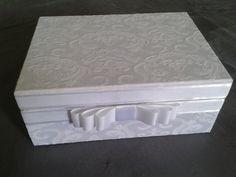 Caixa revestida com tecido adamascado, fita de gorgurão e laço chanel