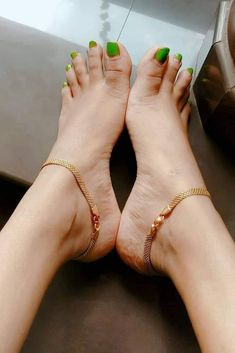 In this video, we will show you the latest trendy women's foot jewelry, ankle bracelets, female feet & more. Find out the perfect feet jewelry for you. Gold Chain Design, Gold Ring Designs, Gold Jewellery Design, Anklet Designs, Necklace Designs, Gold Anklet, Beaded Anklets, Ankle Jewelry, Gold Fashion
