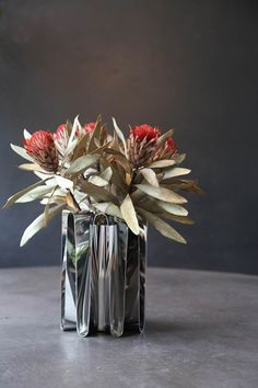 California meets Scandinavia with Kelly Wearstler's Frequency collection for G. Vase Centerpieces, Centerpiece Decorations, Flower Decorations, Flower Vases, Flower Art, Vertical Garden Plants, Melrose Place, Ikebana, Event Decor