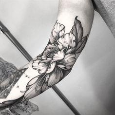 Tattoo done by Jubba Oliveira of Sao Paulo. Flower in blackwork. Botanisches Tattoo, Shape Tattoo, Piercing Tattoo, Body Art Tattoos, Cool Tattoos, Piercings, Knee Tattoo, Tatoo Flowers, Peonies Tattoo