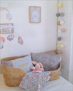 Exemple de chambre de bébé réalisée sur mesure. Sac cabas, housse de matelas à langer, protège carnet de santé, trousse de toilette, coussins, mobi...