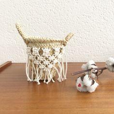 Panier à anses en osier, orné de macramé fait mains Hauteur : 15 cm / Largeur : 15 cm (au niveau des anses) Artisanat marocain (les dimensions...