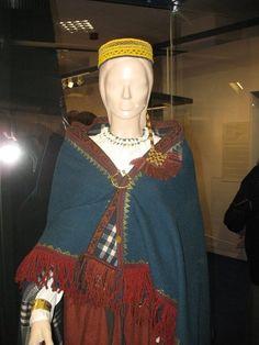 """Latgaļu sieviete no Daņilovkas. Viņai mugurā esošās villainēm līdzīgas 14.gadsimtā tika valkātas daudzviet latgaļu zemēs un arī kaimiņu teritorijās. Ar to es domāju Siksalu Igaunijā, kas ir pašām latgaļu robežām. Izstāde """"Ceļā uz latviešu tautu."""" Latvijas Nacionālajā vēstures muzejā 12112406_1097150533631427_6259078661532838127_n.jpg (JPEG attēls, 720×960 pikseļi):"""