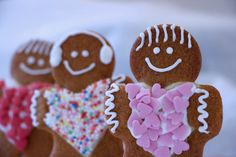 Ampelmann cookies are gingerbread men, cute and very delicious. Decorate with royal icing and (a lot of) sprinkles. Gingerbread Man, Gingerbread Cookies, Tapas, Jim Lahey, Mulligatawny, Royal Icing Decorations, English Food, Eclairs, Sprinkles