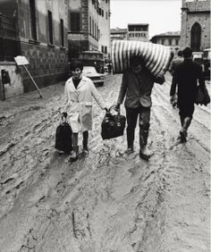 Some Italian people putting their objects to safety after the flood. Italian People, Arno, Tuscany Italy, Historical Pictures, Toscana, Wonderful Places, Old Photos, Europe, The Incredibles