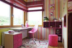Ve druhém dětském pokoji převládá růžová barva, rohová okna u pracovního stolu zajišťují dostatečný přísun světla a koutek oživuje pruhovaná tapeta (Harlequin)