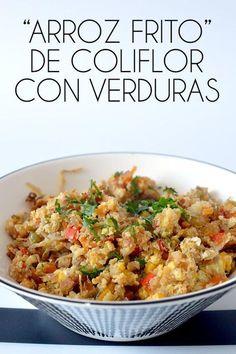 """Este """"arroz frito"""" de coliflor es una sorprendente y deliciosa manera de disfrutar de esta verdura. un plato super sano y lleno de verduras! #recetas"""