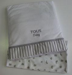 Juego de sabanas de cuna de la colección Family de Baby Tous. Incluye sabana bajera, encimera y funda de almohada.  Confeccionadas en punto de algodón peinado 100%, con un agradable tacto para el descanso del bebé. Para cunas de 60x120 cm. Plazo de entrega:24-48 horas.