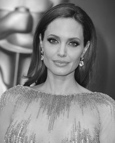 Angelina Jolie en Robert Procop http://www.vogue.fr/joaillerie/red-carpet/diaporama/bijoux-oscars-2014-red-carpet/17804/image/978249#!bijoux-oscars-2014-angelina-jolie-robert-procop