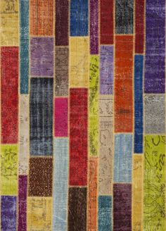 Hand-knotted wool rugs with a washed effect stitched in small scraps. The colours are rich compositions textured. Alfombras de lana tejidas a mano, con efecto lavado, cosidas en pequeños retales formando composiciones ricas en texturas.