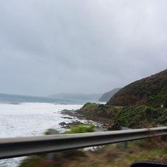 Great Ocean Road  うん凄さが全く伝わらないね  天気悪いしね  でもね奥の方に見える陸に沿ってずーーっと道があるんですよ  #melbourne #australia #メルボルン #オーストラリア #オーストラリアラウンド旅 #greatoceanroad #グレートオーシャンロード by shizuko_bbd