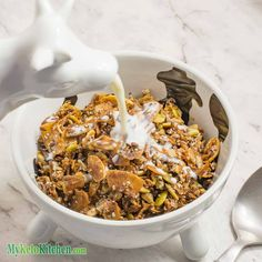 This recipe is going to show you how to make keto cereal. This cereal is keto, gluten-free and paleo. Not only that it has lots of healthy fats and vitamins. Keto Foods, Ketogenic Recipes, Keto Recipes, Healthy Recipes, Simple Recipes, Keto Desserts, Cereal Keto, Low Carb Cereal, Ketogenic Breakfast