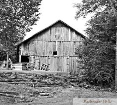 Another beautiful Tennessee backroad barn  #appalachia #backtonature #backwaterstills #barns #country_features #countrylife #countryliving #farmhousestyle #farmlife #g #lifeinthecountry #ruralart #tennesseeartist #wanderlust