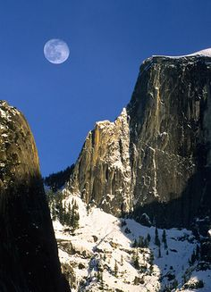 The moon over Half Dome in Yosemite National Park Yosemite National Park, National Parks, Outdoor Adventures, Half Dome, Canoe, Vacation Ideas, The Great Outdoors, Places To Travel, Planes