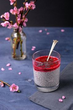 Chia Pudding with Raspberry Sauce Vegan Sweets, Vegan Snacks, Healthy Snacks, Chia Pudding, Lucky Food, Oatmeal Recipes, Perfect Breakfast, Vegan Dishes, Superfood