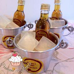 Kit Cerveja <br> <br>Acompanha rotulo personalizado, uma garrafinha com sabonete líquido 50 ml com aroma de erva doce, baldinho de alumínio, 3 cubos de sabonete em formato de gelo com aroma de limão, embalagem de celofane, fita de cetim e tag. <br> <br>Sabonetes hipoalergênicos com extrato hidratante. <br> <br>Baldinho: Comprimento: 14cm x Largura: 10cm x Altura: 7cm <br> <br>Validade do produto 01 ano <br> <br>Escolha o tema da sua bebida favorita.