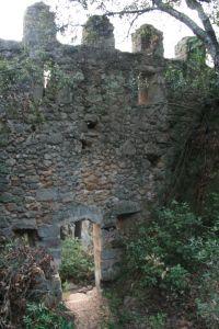 Porta d'entrada al Castell de Solius. Ardenya o Massís de Cadiretes. Girona, Catalunya.