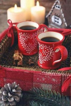 New Year drink: two cup of coffee and cinnamon sticks, burning candles and pine cone. Christmas Coffee, Noel Christmas, Christmas Dishes, Good Morning Coffee, Coffee Break, New Year's Drinks, Home Coffee Stations, I Love Coffee, Christmas Aesthetic