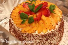 Tort śmietanowy z brzoskwiniami.