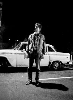 Robert De Niro as Travis Bickle - Taxi Driver: Behind the Scenes « The Wall Breakers The Wall Breakers Jodie Foster, Martin Scorsese, Al Pacino, I Movie, Movie Stars, Chauffeur De Taxi, Love Film, Film School, Taxi Driver