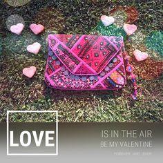LOVE IS IN THE AIR  #bemyvalentine #valentine #love #forever #air #baiga #bolsos #bags #clutch #hearts #style #febrero #14f #cool #onda #moda #pink #fashion