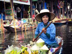 Bangkok to było również doskonałe miejsce wypadowe. Sami wybraliśmy się na jednodniową wycieczkę do Ajjutaja. Natomiast w całej Tajlandii jest mnóstwo różnych agencji turystycznych, które oferują zorganizowane wycieczki. My w ten sposób odwiedziliśmy Kanchanaburi i kolorowy Damnoen Saduak Floating Market.