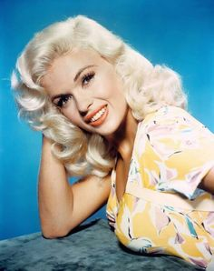 Jayne Mansfield one of the leading blonde sex symbols of the Mansfield starred in several popular Hollywood films that emphasised her platinum-blonde hair, hourglass figure and cleavage-revealing costumes. Vintage Glamour, Old Hollywood Glamour, Golden Age Of Hollywood, Vintage Hollywood, Vintage Beauty, Hollywood Divas, Hollywood Actor, Classic Hollywood, Jayne Mansfield
