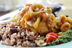 Rice and beans con pollito caribeño | Sabores en Linea
