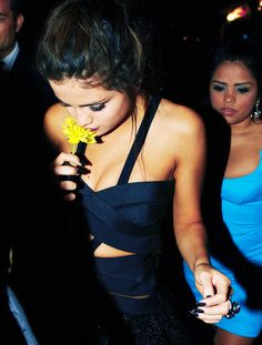Selena Gomez : Sexy et Glamour avec Donatella Versace Style Selena Gomez, Selena Gomez Bikini, Pretty People, Beautiful People, Selena Gomz, Photo Souvenir, Marie Gomez, Poses, Role Models